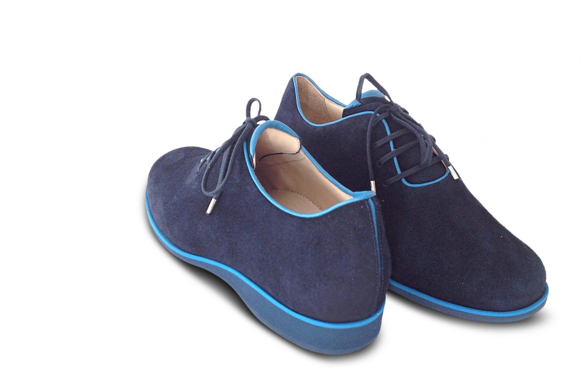 Sneaker aus blauem Veloursleder mit farblich abgesetztem Einfass